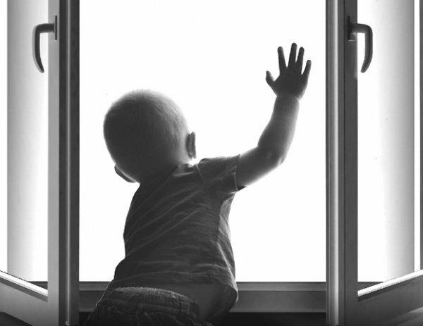 Двухлетний мальчик в Севастополе выпал из окна второго этажа