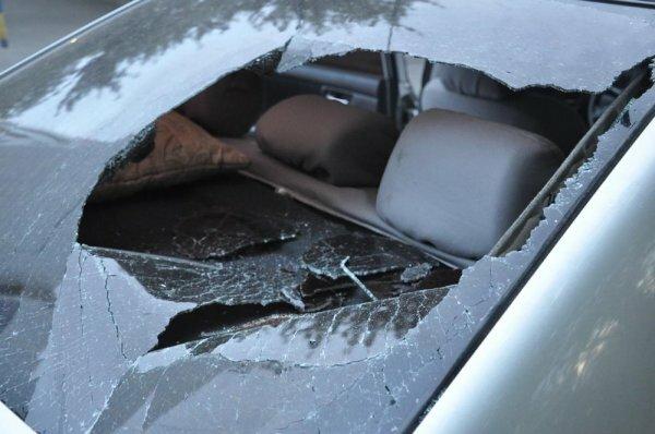 В Севастополе вор разбил стекло в машине ради нескольких шоколадок