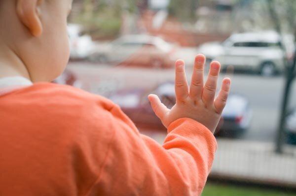 В Севастополе двухлетний ребенок выпал из окна второго этажа и остался цел