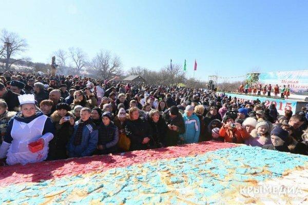 В Крыму съели гигантский российский триколор из блинов (ФОТО)